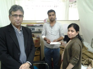 Dr Amita Mahajan, Apollo Hospital handing over medical assitance cheque